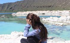 México es conocido por los paisajes que esconde. Cada vez que creo que he visto los lugares más increíbles, alguien me cuenta de alguna nueva maravilla natural, que vuelve a sorprenderme. Así fue con Alchichica, una laguna turquesa en un cráter blanco ubicada a los límites de Puebla y Veracruz. La laguna de Alchichica es una de muchas que se formaron hace miles de años en los cráteres de la región volcánica entre La Malinche y el Pico de Orizaba.Las lagunas de la región son conocidas como…