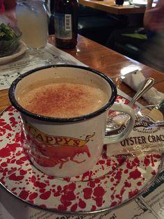Die Clam Chowder, eine cremige Muschelsuppe, habe ich im Cappy's Chowder House 1 Main St. Camden, Maine 04843 gegessen.