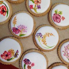 Hand painted sugar flower cookies for ! Fancy Cookies, Iced Cookies, Easter Cookies, Birthday Cookies, Summer Cookies, Heart Cookies, Valentine Cookies, Christmas Cookies, Cookie Icing