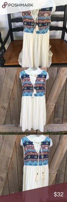 Boho Chic and flowy Dress Look at this soft and flowy dress. I love the colors and texture of bodice and the simplicity of the dress itself. It screams summer music, good times and hanging with friends! Dresses Midi