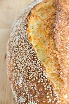 """Ein neues Backbuch namens """"Artisan Baking"""" von Maggie Glezer hat sich zu mir gesellt. Darin bin ich auf ein Hartweizenbrot aufmerksam geworden, das dank langer Führung mit nur 1 g Frischhefe auskommt. Der Teig ist relativ weich und läuft im Ofen erstmal breit. Dafür entschädigt das Brot dann mit gutem Ofentrieb, mittel- bis großporiger, aromatischer Krume Weiterlesen..."""