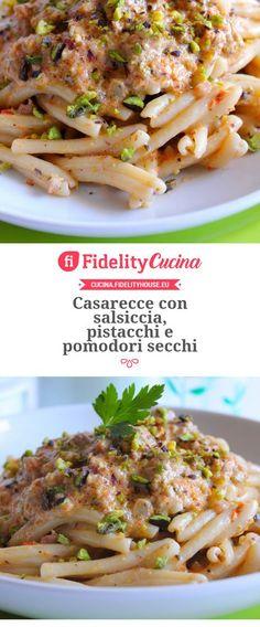 Casarecce con salsiccia, pistacchi e pomodori secc Wine Recipes, Pasta Recipes, I Love Food, Good Food, Pesto, Recipes From Heaven, Food Design, Easy Cooking, Food Dishes