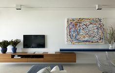 Decoração de: Sala de estar; rack embutido de madeira; Casa de Valentina