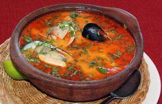 Un rico plato típico Chileno, de caldo generoso, se puede preparar con todo tipo de mariscos y el pescado tiene que ser de carne firme como el congrio. Este plato se sirve en paila de greda y bien caliente es una exquisitez.