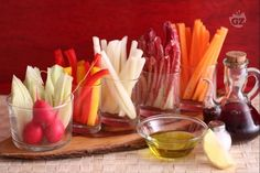 Pinzimonio (olive oil dip with vegetables) Cute Food, A Food, Food And Drink, Healthy Appetizers, Appetizer Recipes, Mozzarella, Olive Oil Dip, Antipasto, Queso Feta