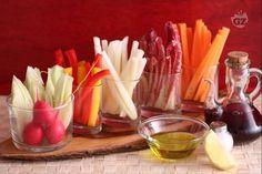 Il pinzimonio di verdure è un antipasto (o contorno) che consiste in un misto di verdure crude tagliate a bastoncini o pezzetti da intingere in un condimento (il pinzimonio, appunto) fatto con olio e sale.