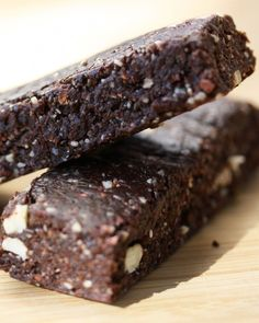 Homemade Raw Energy Bars... a few tweaks and this could easily replace Clif bars!