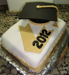 Graduation cake with cap and tassel. Very simple but elegant. Graduation Cookies, Beautiful Cakes, Amazing Cakes, Grad Parties, Fondant Cakes, Party Cakes, Cake Designs, Cake Pops, Cake Toppers