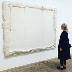 Witvlakwit (1974) door Bram Bogart in Tate Modern, Londen.