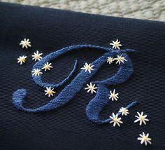 これで娘の学校用品は一旦終わり。 . 恐るべし!サテンステッチは一生の課題ですね . #刺繍 #刺しゅう #embroidery #handembroidery #イニシャル刺繍 #initialembroidery #alphabetembroidery #アルファベット刺繍 #bag #レッスンバッグ #お稽古バッグ #入学準備 #入園準備 #学校用品 #サテンステッチ #stitch #handstitch