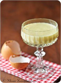 #Eierlikoer | Zutaten 500 ml #Sahne 1 #Vanilleschote 125 g Puderzucker 8 sehr frische Eigelbe 125 g Zucker 250 ml Cognac (40%)