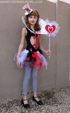 Do you love the Queen of Hearts? Want to make your own costume this Halloween? Check out this DIY Queen of Hearts Costume tutorial and be fabulous! Queen Of Hearts Halloween Costume, Red Queen Costume, Disney Halloween Costumes, Halloween Outfits, Diy Costumes, Halloween Ideas, Costume Ideas, Halloween Makeup, Halloween Party