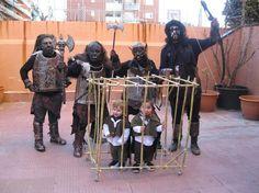 Orks, die zwei Hobbits in einem Käfig gefangen halten