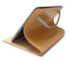 IPAD COVER I KERNELÆDER MED FARVET ELASTIK Coveret  bliver skåret i 3 mm lyst kernelæder, ubehandlet med ru inderside. Jeg kan lave coveret til iPad 2, 3 og 4, iPad Air og iPad mini.  iPad'en monteres i hardcase der er limet fast på indersiden i højre side.   Elastikken findes i flere farver og breder  10 mm Lavendel, mintgrøn, orange, sort. 15 mm sort.  Ihide.dk