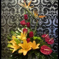1.Centros y Ramos Rf.C201..pvp90_ Centro de flores con Esterlizias y Rosas rojas