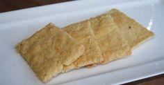 Glutenvrije kaascrackers met amandelmeel Dit zijn echt verslavende crackers. Door de kaas smaken ze lekker pittig en hoef je ze niet p...