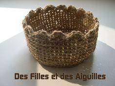 Little Tie van de Little String Basket - Girls and Needles Crochet Home, Diy Crochet, Crochet Bags, Knitting Blogs, Pie Dish, Serving Bowls, Decorative Bowls, Diy And Crafts, Yummy Food