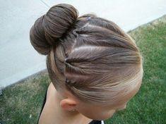 Découvrez de jolis chignons vus sur Pinterest : porté très haut, par deux, tressé, très bas, naturel ou avec des fleurs, le chignon est une coiffure que toutes les fillettes adorent !