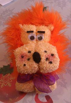 León hecho con toalla y pluma.