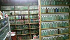 Six Things To Look For When Collecting/Appraising Old Glass Bottles Antique Glass Bottles, Antique Glassware, Soda Bottles, Bottles And Jars, Mason Jars, Antiques Value, Antique Appraisal, Bottle Display, Glass Insulators