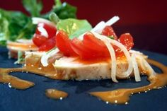 Tomatensalat Deluxe mit Sous vide gegarter Hähnchenbrust Food Items, Easy Meals, Cooking
