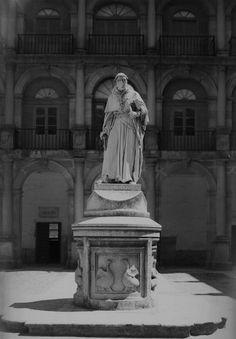 cisneros en el patio Cisneros, Statue Of Liberty, Madrid, Greek, Patio, University, Antique Photos, Monuments, Cities