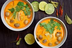 Ochutnejte tradiční thajskou polévku tom kha gai s kokosovým mlékem a voňavými bylinkami. Celý recept najdete přímo tady.