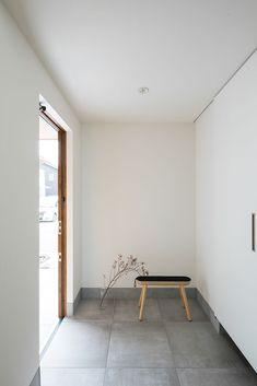 【SUUMO】 【2330万円】シンプルに暮らす家。ストレスを感じさせない工夫あるプランもお気に入り・・間取図あり - ルポハウス一級建築士事務所 水口オープンスタジオの建築実例詳細 | 注文住宅 Minimalist Photography, Dormitory, My Room, Ideal Home, My House, Entrance, New Homes, House Design, Flooring