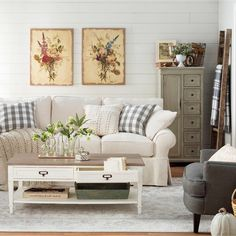 Country farmhouse living room ideas and pictures of farmhouse style living rooms #farmhousestyle #livingroomideas #diyhomedecor