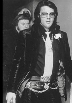 Elvis, rockin a very unique outfit. A style all his own.