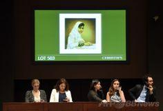 ニューヨーク(New York)の競売大手クリスティーズ(Christie's)で行われたマララ・ユスフザイ(Malala Yousafzai)さんの肖像画の競売で、電話による入札を受け付けるクリスティーズ関係者。肖像画はジョナサン・ヨー(Jonathan Yeo)氏作(2014年5月14日撮影)。(c)AFP/Timothy A. CLARY ▼15May2014AFP|マララさん肖像画、1000万円で落札 NGOに寄付へ http://www.afpbb.com/articles/-/3014971 #New_York #Christies #Portrait_of_Malala_Yousafzai