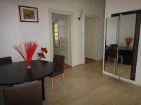 Ponúkame Vám na prenájom 3i byt Bratislava-Staré Mesto, Heydukova ul., 115 m2.Byt je po kompletnej rekonštrukcii, má veľkú vstupnú halu s krásnou šatňovou zostavou - dovoz z Talianska, ďalšou vstavanou šatňovou skriňou, kumbálom, podlaha je originál mramor - travertín. V kuchyni sa nachádza úplne nová moderná kuchynská linka s kompletnými vstavanými spotrebičmi a s kompletným vybavením kuchyne. Má vlastnú špajzu.