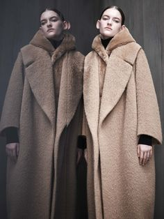 Max Mara Atelier Fall 2017 Ready-to-Wear collection, runway looks, beauty, models, and reviews.