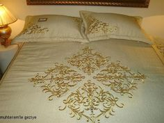 Muhterem'le Geziye: 2010 İSMEK FESHANE SERGİSİ-MAKİNE NAKIŞI 1.BÖLÜM Hand Work Embroidery, Machine Embroidery Patterns, Embroidery Designs, Brother Innovis, Designer Bed Sheets, Luxury Bedding Collections, H&m Home, Furniture Covers, Sewing Projects For Beginners
