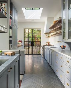 You have a lot going on! That's why we're bringing you the top 5 things you need to read this week (care of our blog) AND this gorgeous kitchen (that herringbone tile!). 😍 ✨ Link in profile to see them all!✨[ 📷 : Samuel Morgan via @remodelista]