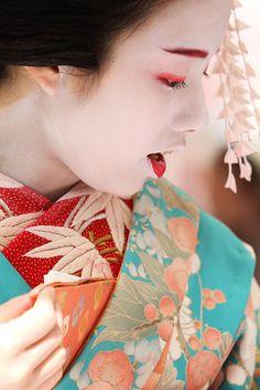 An Elegant Maiko by Teruhide Tomori, via Flickr
