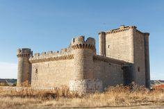 CASTLES OF SPAIN - Castillo de Villafuerte de Esgueva, Valladolid. Garci Franco noble de Toledo, manda construir en 1474 esta fortaleza. Tras su muerte (1486), lo hereda su hijo Antonio Franco. En 1515 Antonio Franco dió con sus huesos en prisión y sus bienes fueron confiscados. Cuando es puesto en libertad encabeza una revuelta en Valladolid contra el Cardenal Cisnero. Es desterrado a Villafuerte y recluido en el castillo.