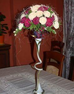Duży bukiet z krepiny w dwóch kolorach. Wykonany w metodzie cukierkowej. Idealnie nadaje się do dekoracji stołów (np. weselnych)