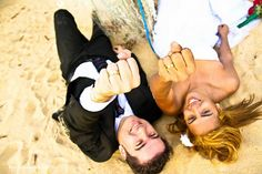 trash-the-dress-alianças-casal-praia