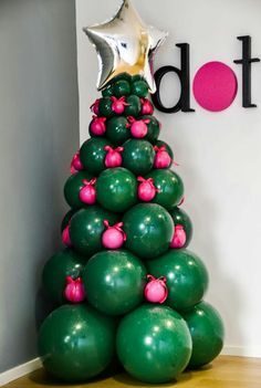 Learn how to make the most beautiful Christmas trees with balloons and get the best Christmas decoration with balloons for your home or next social event Christmas Photo Booth, Diy Christmas Lights, Christmas Balloons, Christmas Hacks, Kids Christmas, Christmas Crafts, Christmas Ornaments, Balloon Tree, Balloon Garland