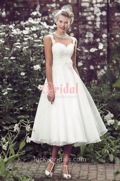Vintage inspired ivory sleeveless wedding dress accenting with subtle lace on the sleeveless bodice matches with tea length A-line layered tulle skirt.