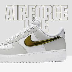 RELEASE 🖤💥 De Nike Air Force 1 '07 LV8 'Metallic Summit White' heeft een Swoosh logo dat verandert als je er vanuit een andere richting tegenaan kijkt. Deze schoen zorgt letterlijk voor een ander perspectief.