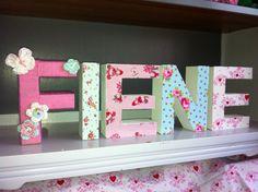 Kartonnen letters met stof en wol