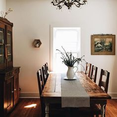 42 Comfy Farmhouse Dining Room Design Ideas - Are you redesigning your kitchen to provide a rustic or a country really feel? Have you ever thought of making the centerpiece a pleasant farmhouse desk? Sweet Home, Decoration Table, Dining Room Design, Cozy House, Home Decor Inspiration, Home Kitchens, House Design, House Styles, Design Ideas