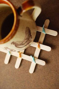 artesanato com palito de picolé porta copos Natalia Santos, Popsicle Stick Diy, Pop Sicle, Diy Toys, Coasters, Diy And Crafts, Tableware, Creative, Gifts