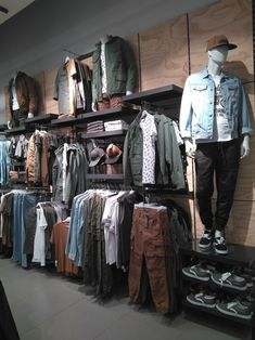 Clothes Design Distro 53 Ideas For 2019 Source by isabellevantitt store design Clothing Store Interior, Clothing Store Displays, Clothing Store Design, Visual Merchandising Fashion, Retail Merchandising, Showroom Interior Design, Boutique Interior, Denim Display, Mens Store Display
