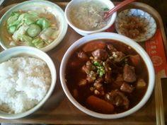 今日のランチは、恵比寿の「中国茶房8」の牛肉のBBQソース煮込みのランチ。 この出来と、量でなんと¥550! しかもドリンク、デザート付(セルフ)、ご飯おかわり自由。 こんなお店を見逃していたとは…