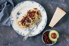 Spaghetti carbonara is een geliefd gerecht. De combinatie van pasta met ei en spek is ongeëvenaard! Natuurlijk met flink wat Parmezaanse kaas erop. Het is een makkelijk en heel snel gerecht en als twist zit er in deze versie een romige avocadosaus doorheen. Zo maak je het nog smeuïger. Dit klassieke pasta recept heeft dus een moderne upgrade gekregen door de avocado. Een lekker hoofdgerecht voor het hele geziin!