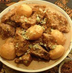 Kelia sumtera Een origineel Sumatraanse rundvleesgerecht met kerrie en aardappeltjes Ingrediënten:  1 kilo runderlappen 4 grote uien 8 tenen knoflook stukje verse gember van 4 cm 1 stengel sereh 2-3 eetl. plantaardige olie 1 eetl. ketoembar 2 theel. djinten 3/4 theel. koenjit 3/4 theel. trassi 5 deciliter dunne santen 2 daon djeroek poeroet (citrusblad) 2-3 verse rode lomboks 8 kemiri-noten 10 nieuwe kleine aardappeltjes Eventueel gekookte witte rijst (ca. 400 gr.)