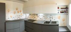 Decorazione di un para schizzi in una cucina privata In Loco, Kitchen Island, Kitchen Cabinets, Home Decor, Island Kitchen, Decoration Home, Room Decor, Cabinets, Home Interior Design